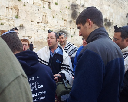 Rav_Bazak_at_the_kotel_-web